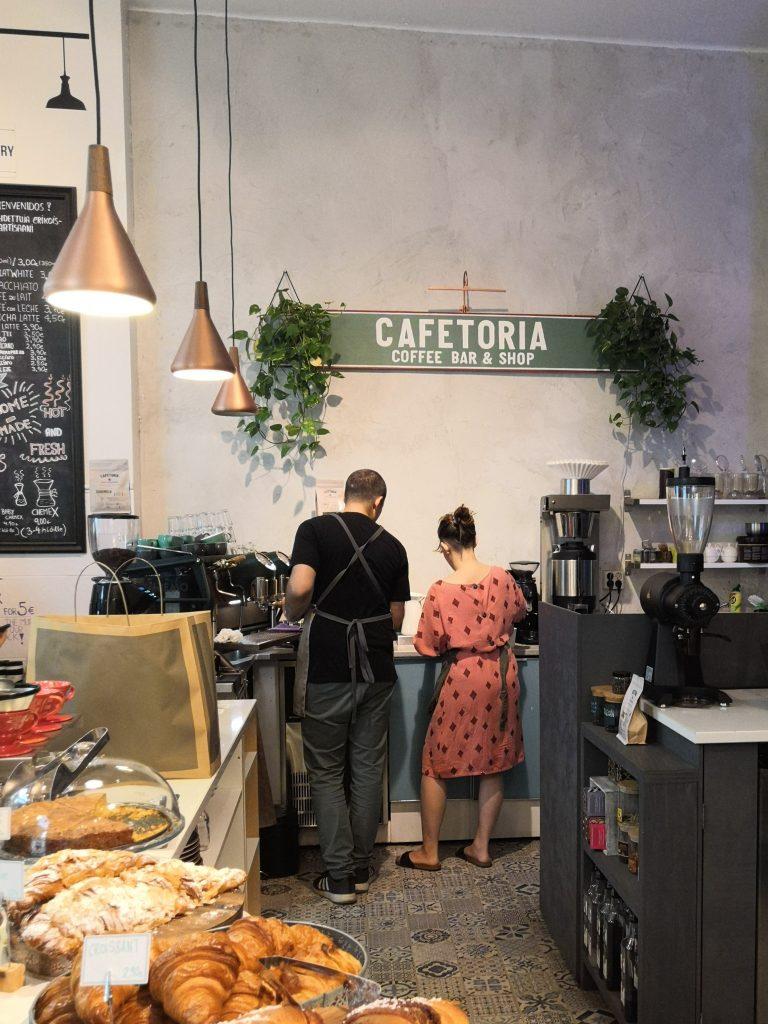 Töölössä Runeberginkadulla sijaitsevan Cafetoria Roasteryn henkilökuntaa työn touhussa.