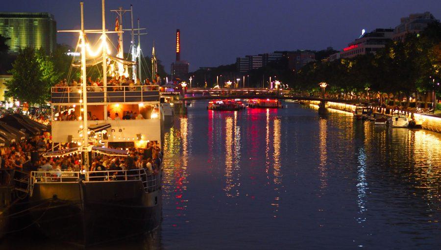 Valaistut ravintolalaivat Turun Aurajokirannassa illalla