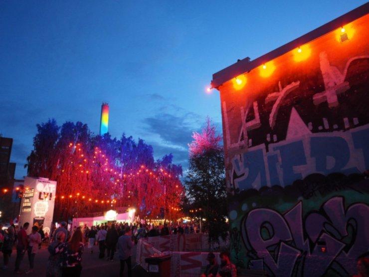 Helsingin Suvilahdessa järjestettävillä Flow Festivaleilla on paljon ihmisiä.