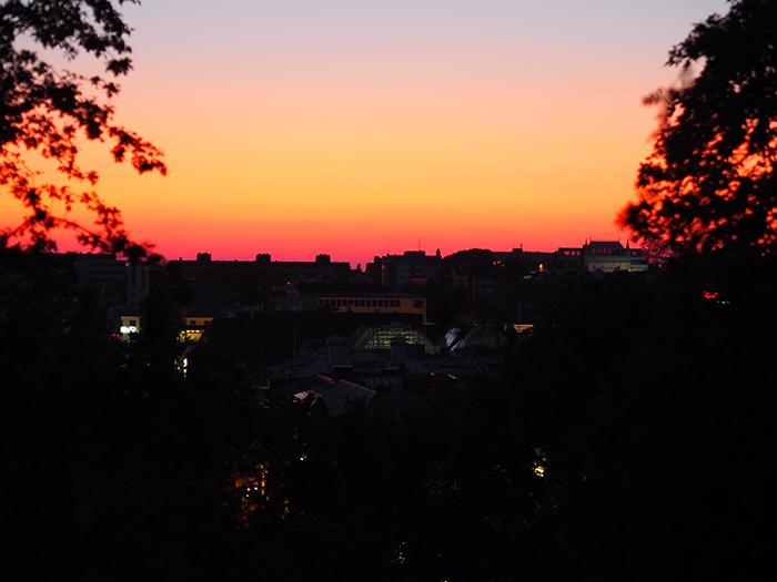 Auringonlasku Turun kattojen ylle