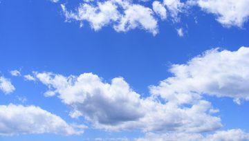 Kesäinen poutapilvinen taivas