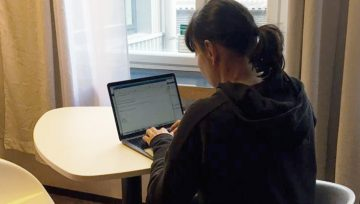 Omenan toimitusjohtaja Kati Niemelä etätöissä Lönnrotinkadun Omena-hotellissa.