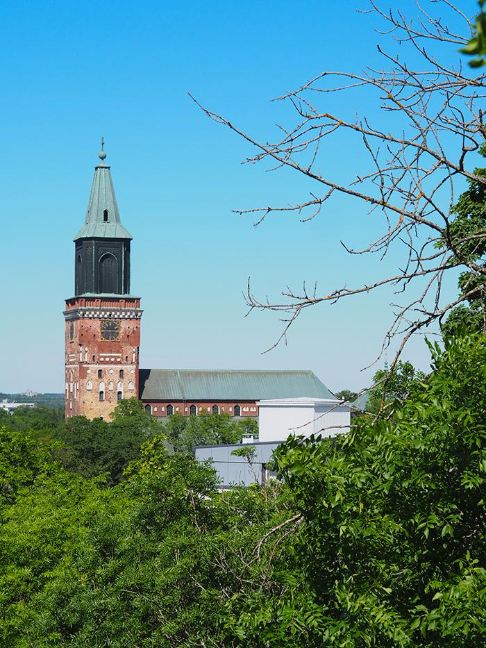 Näkymä Tuomiokirkolle Vartiovuorenpuistosta