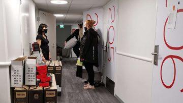 Omenan toimitusjohtaja Kati niemelä keskustelee uuden Porin Omena-hotellin siivoustiimin kanssa hotellin käytävällä.