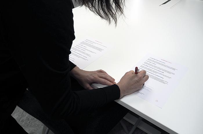 Kati Niemelä allekirjoittamassa kestävän matkailun periatteiden sitoomusta.
